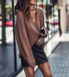 Trending accessories and chic neutrals fashioned chic. Urban Fashion, Look Fashion, Skirt Fashion, Autumn Fashion, Fashion Outfits, Fashion Trends, Aesthetic Fashion, Fashion Tips For Women, Womens Fashion