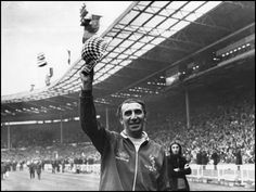 22nd May 1973: Sunderland Football Club Manager Bob Stokoe waves to the crowd after his team's 1-0 victory over Leeds United FC in the FA Cup final at Wembley Sadium. (Photo by Evening Standard/Getty Images)