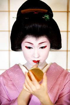 Inside the Fascinating Beauty Routine of Modern-Day Geishas via @byrdiebeauty