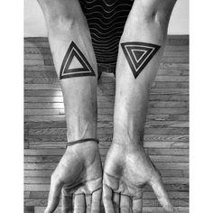 aunque no entiendo las posiciones contrapuestas de estos triangulos debo admitir que su geometría cautiva ...