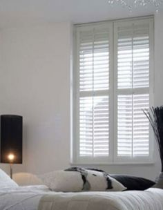 Witte shutters voor in de slaapkamer