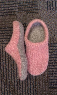 Stricken Sie Kids Modern Mocs Slippers Knitting Patterns Source by schnerchineKnit Kids Modern Mocs Slippers Knitting Patterns Source by This free crochet slippers pattern will satisfy the modern minimalist in you while also making you feel like a gift gi Knitted Slippers, Crochet Slippers, Knit Or Crochet, Felted Slippers Pattern, Knitting Socks, Free Knitting, Knit Socks, Knitting Machine, Knitting Projects