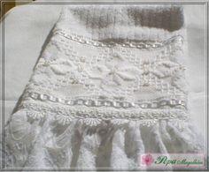 Marca: Karsten, 99% algodão e 1% viscose  Medida: 33 x 50cm  Cor: branca (canelada)  Trabalho: Linha branca, pérolas, linha prata, renda e renda guipir
