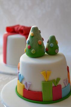 The Yummy Mummy Cake Company Christmas Party Snacks, Christmas Themed Cake, Christmas Cake Decorations, Christmas Food Gifts, Christmas Cupcakes, Holiday Cakes, Christmas Desserts, Christmas Baking, Xmas Cakes