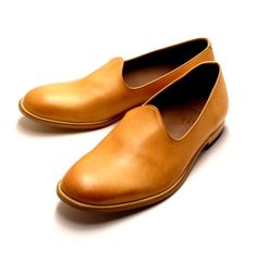 Leather & Silver MOTO is a japanese brand since 1971 that produces high quality leather shoes and accessories. Surfing around the web I found these slip on in cow leather that I consider an innovative and original model. Available in brown, black and naturale tones for 397€