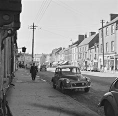 This photo was taken on April 27, 1961 in Roscrea, Tipperary (Ireland): Morris Minor FI9658