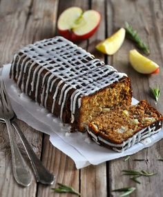 Anja's Food 4 Thought: Apple Rosemary Cake with Lemon Drizzle (use pure vanilla extract or seeds from a vanilla pod) Top Dessert Recipe, Best Dessert Recipes, Fun Desserts, Top Recipes, Cooking Recipes, Cooking Time, Cocina Natural, Lemon Drizzle, Cakes Today