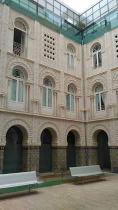 Casa Dorda en Calle del Carmen. Patio árabe obra del arquitecto Martín Lejarraga. Este patio se construyó en 2006 con un presupuesto de más de 3 millones de euros y es ahora uno de los más emblemáticos edificios de Cartagena. Con esta imagen podemos explicar historia de Cartagena pero, sobre todo podemos explicar el estilo árabe en la arquitectura.