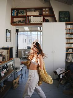 """🎇""""The home should be the treasure chest of living.Com - 🌱Get Inspired with the Best Simple Studio Decor with TheSpacePoem. Looks Cool, Looks Style, Home Shooting, Models, Lifestyle, Cool Stuff, Vintage, Pretty, Beautiful"""