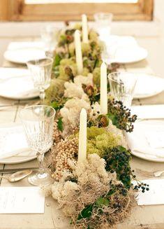 ゲスト卓のテーブル装花にコケを使用するとアンティークな印象に。キャンドルやゼンマイなどでセンスよく飾りたいですね♪