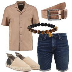 Un look perfetto per le passeggiate al mare o in città, composto da bermuda di jeans, camicia beige a maniche corte in cotone e seta, espadrillas sabbia, cintura in pelle camel e bracciale. Per stare freschi e comodi.
