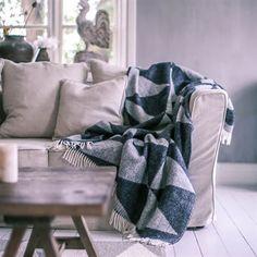 Sohvan nurkassa on syytä olla kaunis ja pehmeä torkkupeite, johon voi tarpeen tullessa kietoutua. Klikkaa kuvaa, niin näet tarkemmat tiedot.