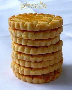 SABLES BRETONS (150 g de beurre doux, 50 g de beurre 1/2 sel, 120 g de sucre, 3 jaunes d'oeufs, 370 g de farine type 55, 1 c à c de vanille liquide, 1 jaune d'oeuf + 1/2 c à c d'eau pour la dorure)