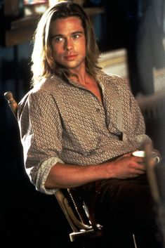Brad Pitt in Legends of the Fall I had this poster on my wall when I was in high school. Love me some Brad Pitt! Richard Gere, Cabelo Do Brad Pitt, Brad Pitt Hair, Bradd Pitt, Gorgeous Men, Beautiful People, Beautiful Forest, Brad Pitt Movies, Thelma Et Louise