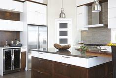 Armoires de cuisine contemporaine en MDF blanc et merisier Simard cuisine et salle de bains