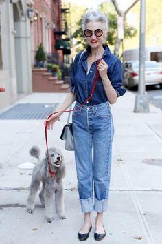 Deze knappe vrouw op leeftijd rockt de jeans op jeans look.