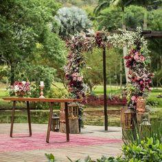 Uau!  Maravilhoso altar com destaque ao gazebo todo decorado com flores e folhagens.  Um casamento no campo, no lindo @lago_buriti. Uma ótima ideia para os noivos que sonham em um casamento ao ar livre e rodeado de verde.  Super romântico e elegante! {via @renataparaisodesign Instagram} #casamentonocampo #casamentoaoarlivre #romantico #casamento #decor #cerimonia #gazebo #flores #countrywedding #outdoorwedding #romantic #wedding #ceremony #flowers #armazeminspira