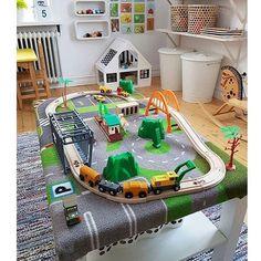 •Dagens DIY• När vi gjorde vårt tågbord, målade vi bordet. Men detta var ju en grym idé. Slipper färg ;) köp en bilmatta och häfta på ett bord. Sedan sätter du fast tågbanan! Så grymt snyggt och enkelt bra jobbat @berglundlisa . . #barnrumsinspo #kidsroom #inspo #barnrumstips #diy #tågbord #inspodiy