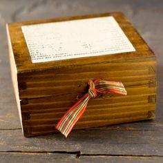 Caja mediana de madera tintada y tapa en decorada por CAMALEONGOGO, €12.00