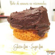 Quem aí gosta de bolo de cenoura com cobertura de chocolate? Eu fiz uma versão sem glúten e sem açúcar e ainda por cima no microondas.