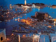 Pink Floyd on the Canal di San Marco, Venice, performing on a floating stage. The 1989 concert was broadcast live on TV to over 20 countries with an estimated audience of almost 100 million Recital, Piazza San Marco, Musica Punk, Pink Floyd Concert, Pink Floyd Live, Venice City, Marty Mcfly, David Gilmour, Animation