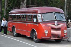 oude Fiat bus die langs de weg stond. Afbeelding deze kleinere truckjes zijn zeer zeker ook bezienswaardig, mooi dat ze bewaard gebleven zijn