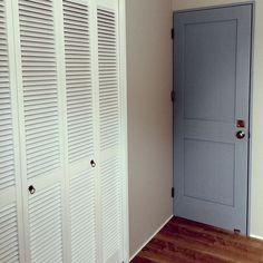 男性で、3LDKの寝室 壁/GALLUP/壁紙/CARIFORNIA/アメリカン ヴィンテージ/西海岸風…などについてのインテリア実例を紹介。「2階グレーの扉は寝室です。壁も濃淡差のあるグレーにしました。押入れはアメリカ製のルーバー扉を白に塗って付けました!使い勝手や寸法が雑だったのも流石アメリカ製!笑」(この写真は 2015-02-03 12:17:32 に共有されました)