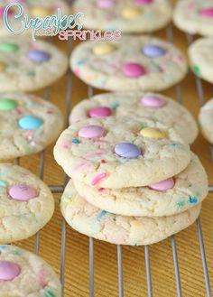 These Spring Funfetti Cake Cookies for Easter are soft and delicious, Funfetti cake mix recipes make the perfect Easter Cookies, Make these easy to make Easter M&M Cookies for a spring brunch or fun spring treat, Easter Funfetti Cake Cookies are The Best! Sprinkle Cookies, Confetti Cake Mix Cookies, Desserts Ostern, Köstliche Desserts, Dessert Recipes, Yummy Recipes, Funfetti Kuchen, Funfetti Cake, Dessert Simple