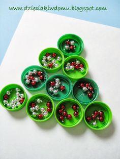 Bottle cap christmas tree craft for kids / Choinka z nakrętek - świąteczna praca techniczna dla dzieci