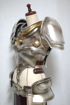 This needs chainmail underneath it. Moda Medieval, Medieval Armor, Medieval Fantasy, Armadura Medieval, Arm Armor, Body Armor, Larp, Inspiration Drawing, Armor Clothing
