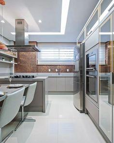 Cozinha moderninha destaque para as pastilhas Star Mix Copper da @portobello_sa. Projeto Carolina Kist Arquitetura