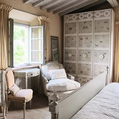 Our beautiful #Elba wardrobe. It looks just perfectly in this stunning Tuscany house! . . Learn more about our complete collection at www.porteitalia.com ————————————————— #italianfurniture #venetianinteriors #art #architecture #paintedfurniture #worldofinteriors #handmade #handpainted #interiordesign #luxuryhotels #luxuryhome #homedecor #design #finepaintedfurniture #mo18 #venetianfurniture #venice #instavenice #sothebys #luxuryinteriors #italiandesign #luxurylifestyle #luxuryfurniture…
