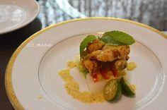 色彩繽紛的蔬果從底部層疊而起,有梨子、奇異果與甜椒,再疊上石斑魚柳,並以薄荷葉點綴,盤裡附上金桔,並淋上最適合夏季的芒果醬