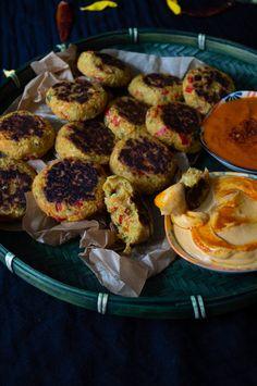 vegane indische  Kartoffel-Linsen-Bratlinge mit einem scharfen Chilisambal und einer schnellen Chili-Mayo