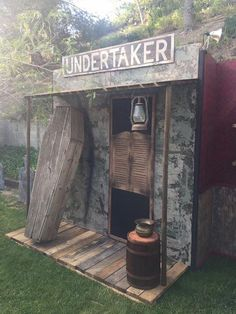 Undertaker facade Haunted House Decorations, Halloween Yard Decorations, Halloween Haunted Houses, Halloween Ghosts, Couple Halloween, Halloween Themes, Halloween Outside, Outdoor Halloween, Halloween Party Supplies