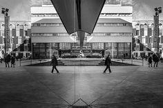 Buscando la simetría . . . #streetphotography #architectures #arquitectura #blackandwhite #blancoynegrofotografia #crisolstreet #proyectobarrios #caixaforum #madrid #people #fb