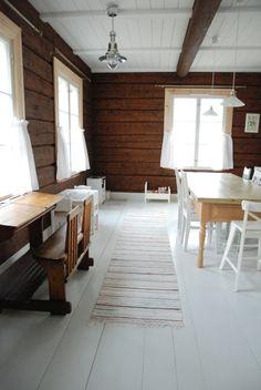 Cabin Interiors, Rustic Interiors, Dark Walls, White Walls, Beautiful Houses Interior, Beautiful Homes, Scandinavian Cabin, White Ceiling, Rustic White