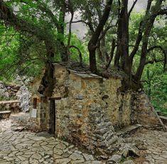 Hier sieht man die Kirche vor lauter Bäumen nicht: die Kapelle Agia Theodora bei Vasta Greek Culture, Kirchen, The Good Place, Greece, Amazing Places, Plants, Quotes, Pilgrims, Botany