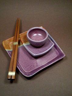 I like this glaze! Pottery Plates, Ceramic Plates, Ceramic Pottery, Ceramics Projects, Clay Projects, Sushi Comida, Pottery Designs, Pottery Ideas, Sushi Plate