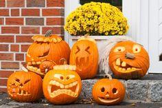 citrouille d'Halloween creusée à motifs visages aux sourires édentés