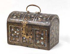 Cofanetto laccato e intarsiato in madreperla con applicazioni in bronzo dorato |Antiquariato su Anticoantico