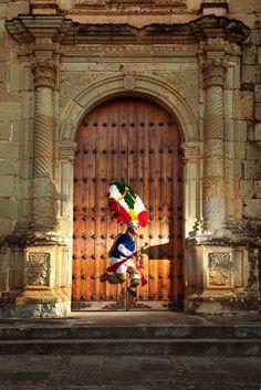 Oaxaca desde adentro ~ El danzante y la puerta
