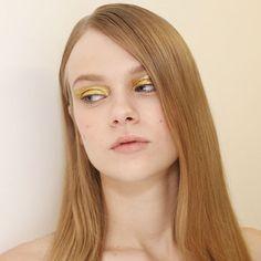 """A @animalebrasil dá início à semana de @spfw com não só uma mas três belezas: @henriquem85 apostou em uma pele fresh universal - """"mais tratada que corrigida"""" - e diferentes olhos. """"Temos um look nude sem nada um preto feito com sombra bastão cremosa e um dourado pincelado"""" conta o maquiador. Para conseguir a pele hidratada e com viço o beauty artist usou produtos @sisleyparisbrasil. Já os cabelos que respeitam a textura natural de cada modelo receberam produtos @lorealprofbr. Deslize para a…"""