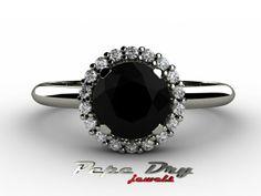 Anillo diamante negro rodeado de pequeños diamantes blancos.