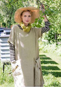 """Vår klänning """"Honey"""" är verkligen oemotståndlig i all sin enkelhet. Sydd i en lite längre modell, i vackert lin och med två praktiska fickor. Lägg märke till det söta biet som pryder ena fickan."""