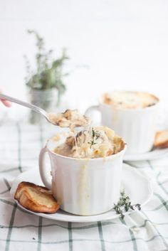 Homemade French Onion Soup | French onion soup recipe | homemade soup recipes | cold weather dinner recipes | soup recipe ideas || Oh So Delicioso #frenchonionsoup #souprecipes