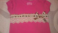 Camiseta coral decorada con bolillo