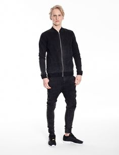 Model is wearing a set in graphite jeans with MARMO effect: Universum jeans & bomber jacket