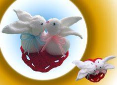 Nerozluční zajíčci Ručně pletené bílé zajíčci na červenémháčkovaném srdíčku. Jsou velmi roztomilý :-) Material je synteticka vlna. Plněné 100% polyesterem. Výška - 10 cm