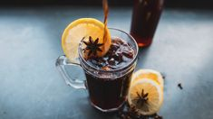Glühwein Alterbativen: A easy recipe for a Christmas Glühbier. Additionally goes with non-alcoholic beer! Champagne Popsicles, Alcoholic Popsicles, Easy Alcoholic Drinks, Healthy Drinks, Beer Recipes, Alcohol Recipes, Homemade Popsicles, Winter Cocktails, Popsicle Recipes